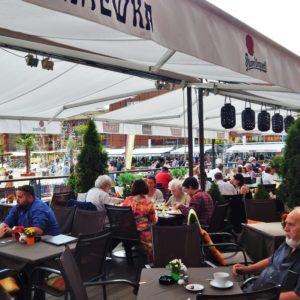 Ogródek restauracji Anatewka w Manufakturze, wszystkie miejsca zapełnione