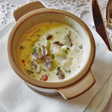 Przystawki i zupy w restauracji, miska zupy na początek