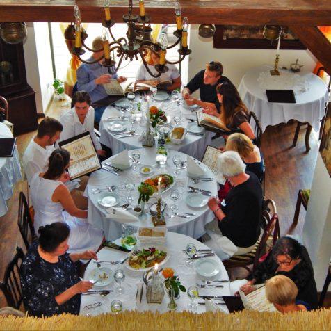Układ stołów w restauracji - sala pełna gości