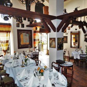 Wnętrze restauracji: ustawienie stołów oraz krzeseł, układ sali