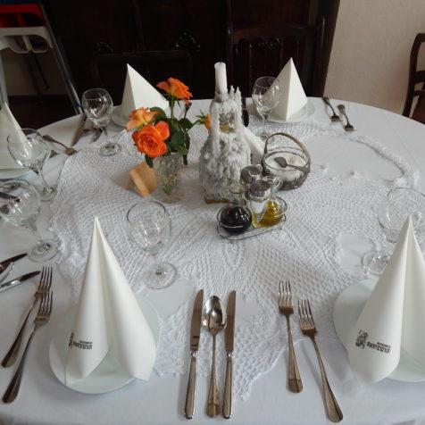 Stół okrągły z dekoracjami i zastawą
