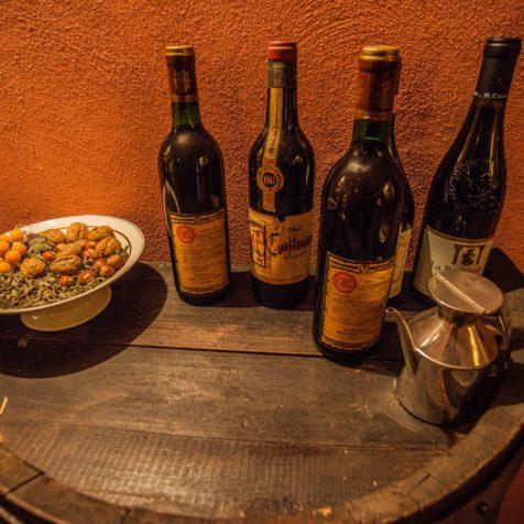 Szeroki wybór win dla każdego, butelki stoją na stole